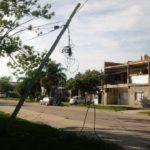Un camión arrasó con postes, cableado y farolas.